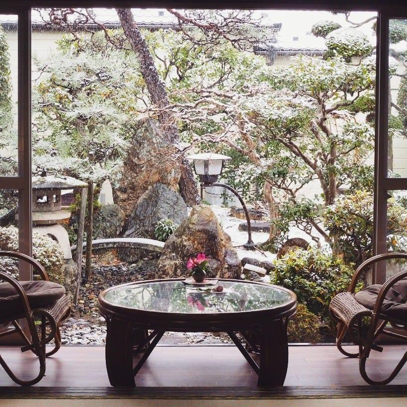 指定文化財で日本庭園を眺めるヘルシーカフェタイム。ローチョコレートとヴィーガンスイーツをお供にどうぞ!
