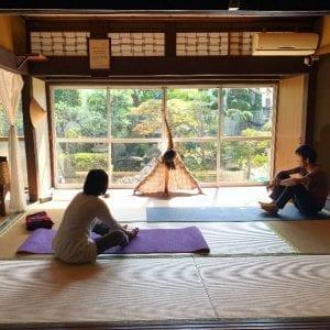 日本庭園と畳の上で楽しむ心地よい癒しのヨガ教室
