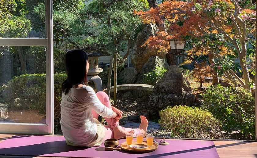 日本庭園を眺めながら行う瞑想とヨガクラス
