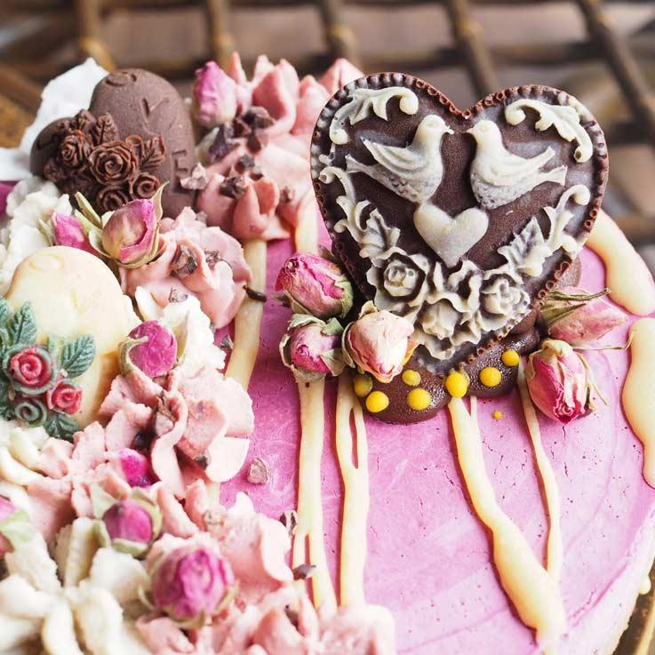 たっぷりとローチョコレートを飾ったビーガンケーキ