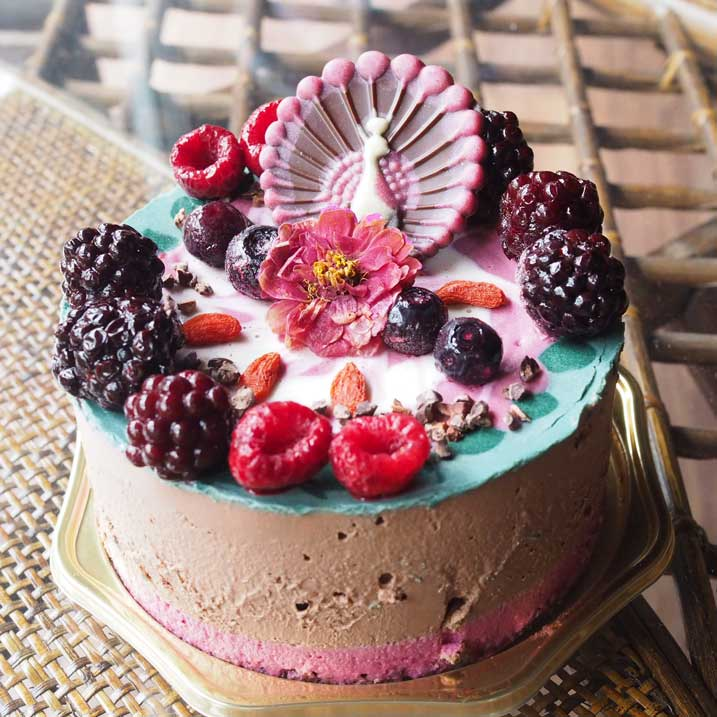 ベリーたっぷりカラフルローチョコレートケーキ